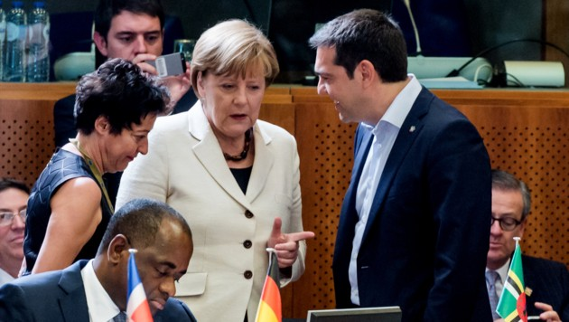 Merkel und Tsipras beim EU-Lateinamerika-Gipfel in Brüssel (Bild: AP)
