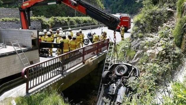 Das Auto stürzte nach dem Ausweichmanöver kopfüber in einen Nebenbach der Salzach. (Bild: Gerhard Schiel)