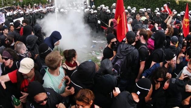 Anti-G7-Demonstranten warfen Rauchbomben. (Bild: APA/EPA/CHRISTIAN CHARISIUS)