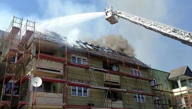 Die Einsatzkräfte während der Brandbekämpfung (Bild: APA/FF HAFENDORF)
