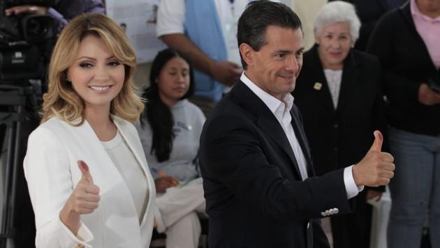 Mexiko: Die Partei von Präsident Pena Nieto (im Bild mit Gattin) bleibt stärkste Kraft im Parlament. (Bild: APA/EPA/Alex Cruz)