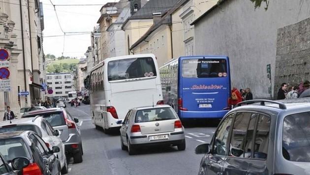Tägliches Chaos mit Reisebussen in der Paris-Lodron-Straße (Bild: Markus Tschepp)