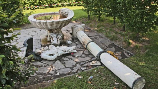 Die Säule stürzte samt Statue auf die 22-Jährige. Sie starb später im Krankenhaus. (Bild: Christof Birbaumer)