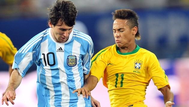 Lionel Messi und Neymar beim Testmatch im November 2010 (Bild: STRINGER/EPA/picturedesk.com)