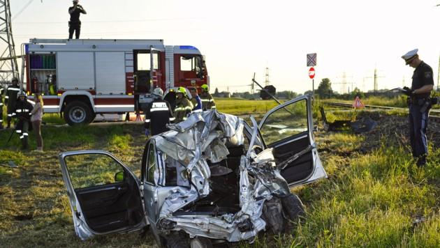 Der Wagen wurde durch die Wucht des Zusammenpralls mit dem Zug völlig demoliert. (Bild: APA/MANFRED FESL)