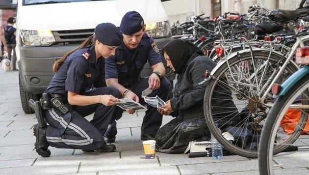 Die Polizei gibt Auskunft und erklärt den Bettlern das Verbot: Diese Frau bedankte sich herzlich. (Bild: Markus Tschepp)