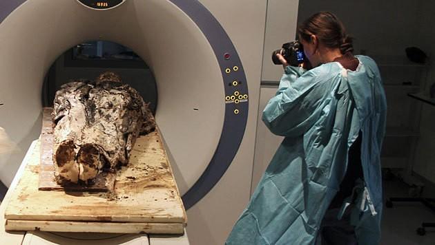 Der Leichnam aus dem 17. Jahrhundert wird im CT untersucht. (Bild: AFP/Rozenn Colleter, INRAP)