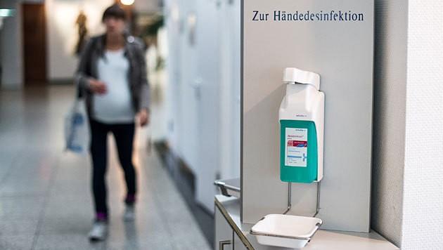 Ein Stand zur Händedesinfektion in einem Spital (Bild: APA/dpa/Maja Hitij)
