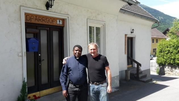 Pfarrer Benoit Matumona Nzonzi mit Vereinsobmann Konrad Weichselbraun. (Bild: Alexander Schwab)