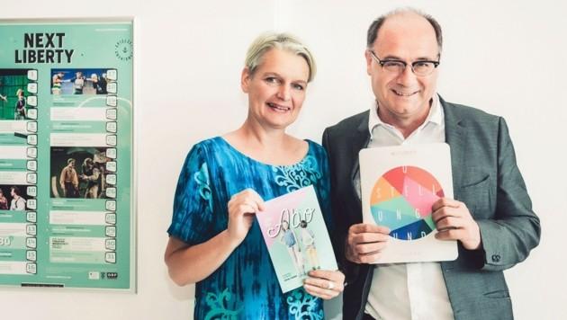 "Michael Schilhan mit Stadträtin Lisa Rücker und dem Programm der kommenden ""Next Liberty""-Saison. (Bild: Lupi Spuma)"