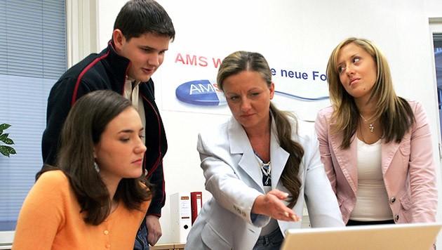 Junge Mindestsicherungs-Bezieher, die sich nicht beim AMS melden, müssen nun mit Kürzungen rechnen (Bild: APA/GUENTER R. ARTINGER)