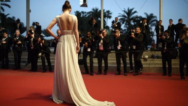 Ein schöner Rücken kann entzücken: Schauspielerin Charlotte Le Bon am roten Teppich (Bild: EPA)