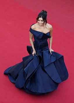 Auch ihr Dekolleté weiß sexy Eva Longoria in Cannes in einem blauen Kleid in Szene zu setzen. (Bild: EPA)