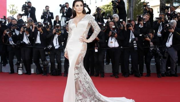 Eva Longoria sorgt in Cannes mit diesem Kleid für Aufregung: Trägt sie etwas drunter? (Bild: AFP)