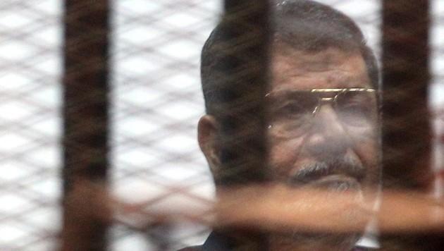 Ernste Miene des Angeklagten Mursi bei der Urteilsverkündung (Bild: APA/EPA/KHALED ELFIQI)