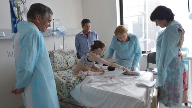 Die Präsidentin, selbst Kinderärztin, zu Besuch bei Valentina