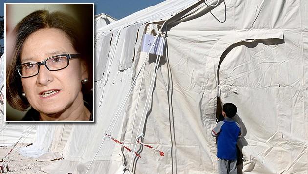 Innenministerin Johanna Mikl-Leitner sieht sich gezwungen, Notmaßnahmen zu setzen. (Bild: APA/EPA/KATIA CHRISTODOULOU, APA/ROLAND SCHLAGER)
