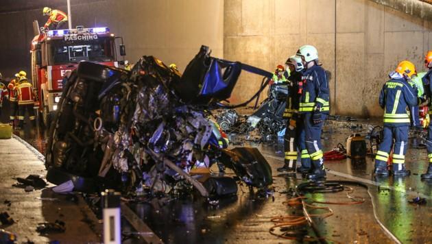 Das Auto wurde beim Crash auf der Umfahrung in Pasching komplett zerfetzt und in zwei Teile gerissen (Bild: laumat.at / Matthias Lauber)