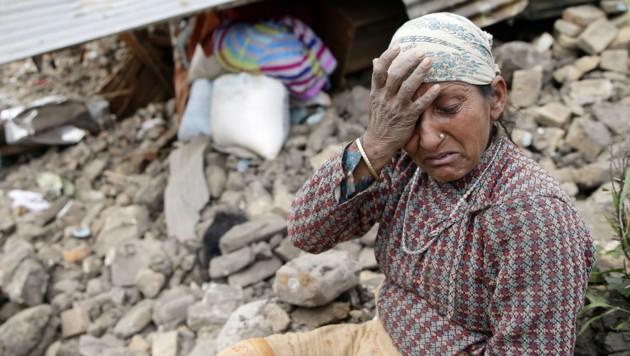 Zahlreiche Menschen harren in Kathmandu seit Samstag ohne Essen und Wasser aus. (Bild: APA/EPA/NARENDRA SHRESTHA)