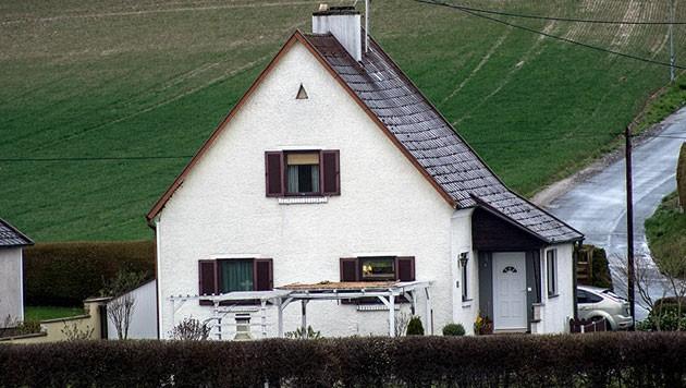 In Mauthausen (OÖ) starb ein 63-Jähriger, als er die Terrassenüberdachung sichern wollte.