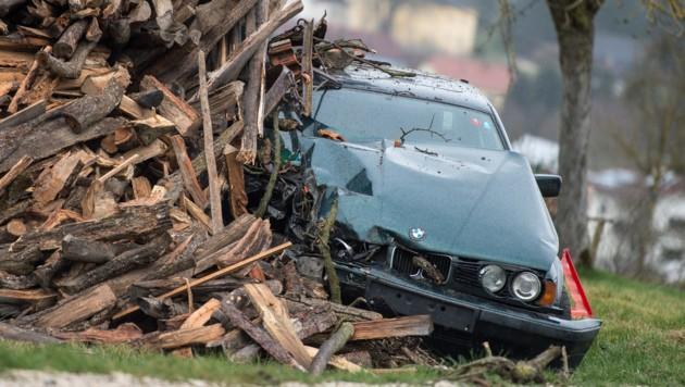 An einem Holzstoß endete die Fluchtmit dem BMW. Der Lenker versteckte sich in diesem Wrack.