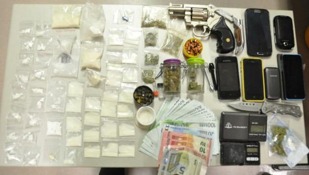 Drogenpäckchen, ein Revolver, Messer und etliche Handys wurden sichergestellt.