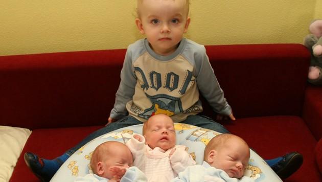 Stolz präsentierte sich der damals zweijährige Jonas als großer Bruder mit seinen 3 Geschwistern.