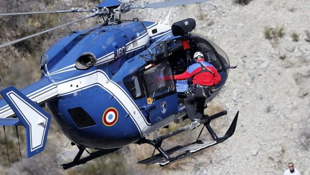 Ein Hubschrauber der französischen Gendarmerie über der Absturzstelle