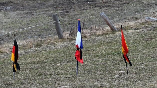 Deutsche, französische und spanische Flaggen in der Nähe des Absturzorts