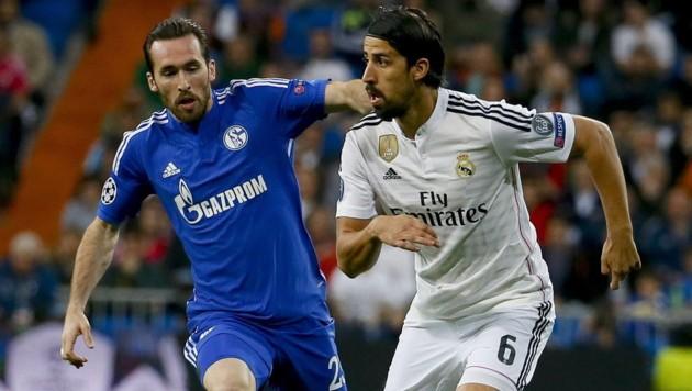 Sami Khedira (re.) im Duell mit Schalkes Christian Fuchs