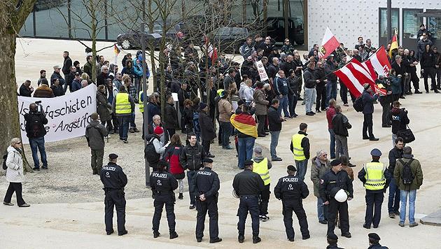 Zwei Personen wurden im Rahmen der Demos festgenommen, ansonsten kam es zu keinen Vorkommnissen.
