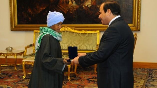 Abu Dauuh mit Präsident Abdel Fattah al-Sisi bei der feierlichen Zeremonie (Bild: AFP)