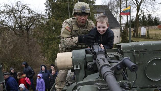 Mächtige Kanonen und strahlende Gesichter: Was die Kleinen erfreut, ist für die Großen Ernst.