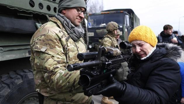 Es herrscht großes Interesse an den High-Tech-Waffen der NATO-Soldaten - auch bei den Alten.