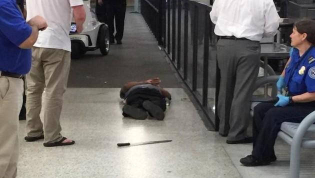 Foto eines Augenzeugen zeigt den auf dem Boden liegenden Angreifer und seine Machete.