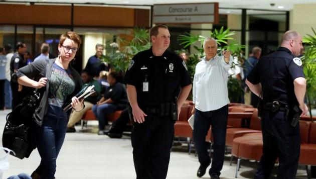 Polizisten bewachen nach dem Angriff den Eingangsbereich zum Terminal.