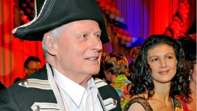 Oskar Lafontaine mit seiner Partnerin Sahra Wagenknecht 2012 am Rande des Karnevals in Saarbrücken (Bild: Becker & Bredel)