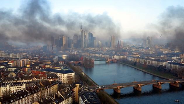Rauchschwaden über der EU-Finanzhauptstadt Frankfurt infolge des Blockupy-Protests