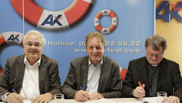 Unterzeichnen die Resolution: Otto Leist (ÖGB), Erwin Zangerl (AK), Bischof Manfred Scheuer (v.l.)
