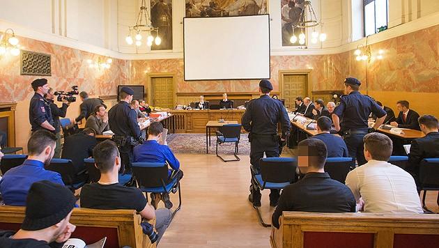 Die Angeklagten vor Prozessbeginn am Landesgericht Salzburg (Bild: APA/NEUMAYR/MMV)