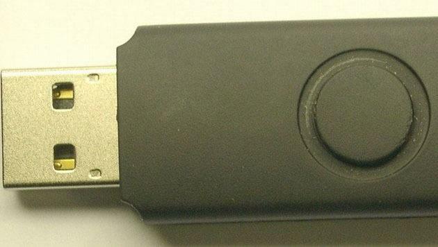 Mit einem Kunststoffgehäuse versehen, sieht der USB-Stick des Todes völlig unauffällig aus.