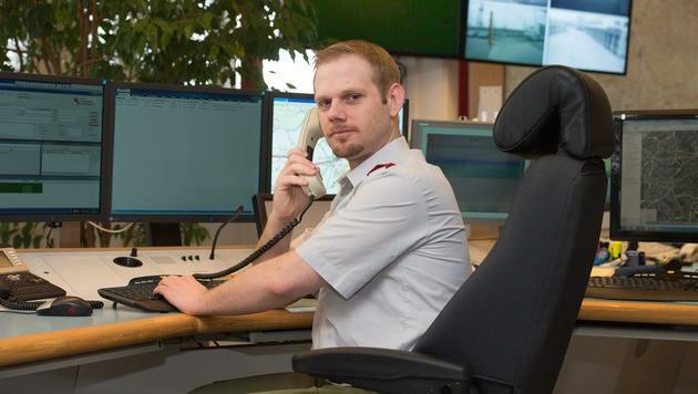 Robert Kastner arbeitet in der Landeswarnzentrale der Feuerwehr, nimmt Notrufe entgegen.