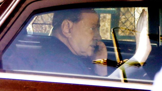 Berlusconi verlässt das Altersheim in der Nähe von Mailand.