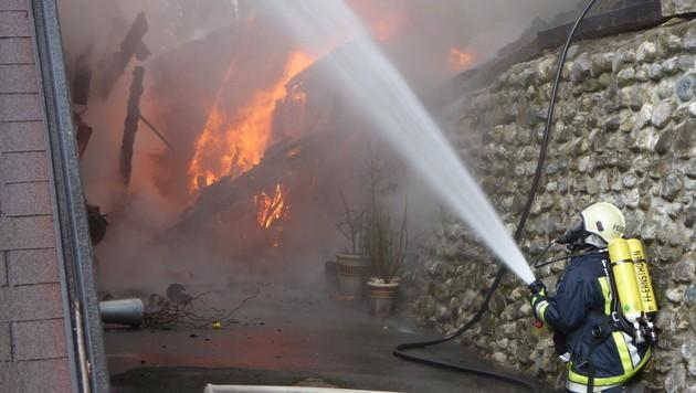 Stundenlang bekämpften die Florianis die Flammen. (Bild: APA/FREIWILLIGE FEUERWEHR ERNSTHOFEN)