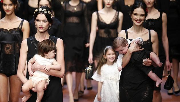 Einige der Models liefen mit kleinen Kindern über den Laufsteg, bei manchen waren es die eigenen.