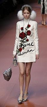 Weißes Kleid mit Blumen und Liebeserklärung an Mama