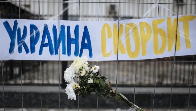 """""""Die Ukraine trauert"""" ist auf diesem Schild in der Nähe des Tatorts zu lesen."""