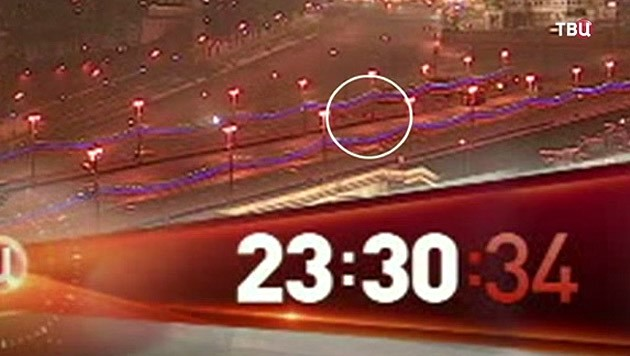 Boris Nemzow und seine Begleiterin werden von einem Mann verfolgt.