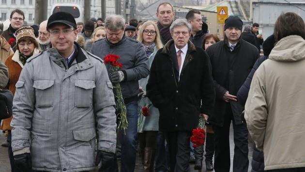 Russische Oppositionspolitiker und Aktivisten legen Blumen am Tatort nieder.