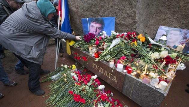 Der Solovetsky-Stein, ein Denkmal für politische Gefangene, wurde zur Gedenkstätte für Boris Nemzow.